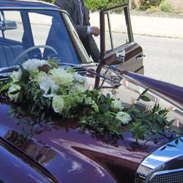 Autoschmuck Hochzeit mit weißen Blumen - Blumen Eder