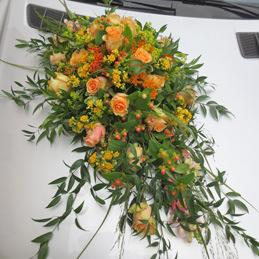 Autoschmuck in Orangetönen mit Rosen - Blumen Eder Rosenheim