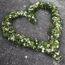 großes grünes Blumenherz offen mit weißen Blüten - Blumenhaus Eder