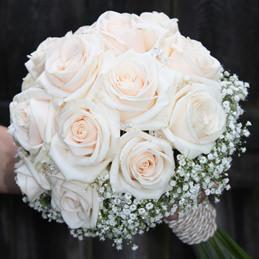 klassischer Brautstrauß mit weißen Rosen - kompakt gebunden - Blumenhaus Eder