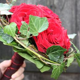 roter Brautstrauß mit Rosen und Efeu - Blumenhaus Eder