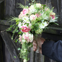 fallender Brautstrauß grün/weiß - Blumen Eder