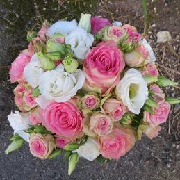 Klassischer rund gebundener Brautstrauß in pastelligen Tönen - Blumen Eder