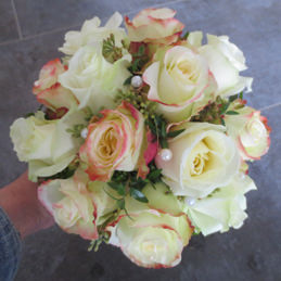 klassischer Brautstrauß mit zartgelben Rosen und Perlen - Blumenhaus Eder