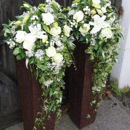 Hochzeitsschmuck Blumen weiß in Standvasen - Blumen Eder