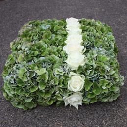 grünes Ringkissen mit hellen Rosen eingearbeitet - Hochzeit