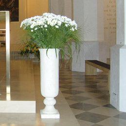 Kirchenschmuck - Blumenstrauß in schlanger großer Steinvase - weiß - Blumen Eder