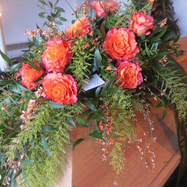 Sargbukett mit Rosen von Blumenhaus Eder