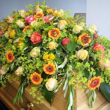 Sarggesteck - Sargbukett - gelb - Trauerfloristik - Blumen Eder Rosenheim