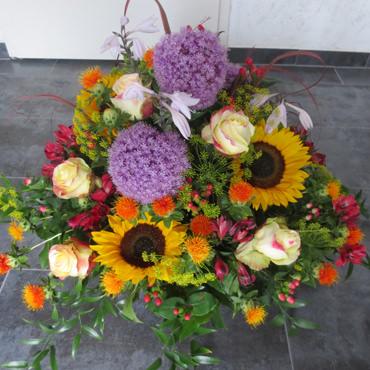Sommerliches Trauergesteck mit Sonnenblumen - Trauerfloristik - Blumen Eder Rosenheim