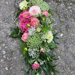 Trauergesteck länglich rosa - Trauerfloristik - Blumen Eder Rosenheim