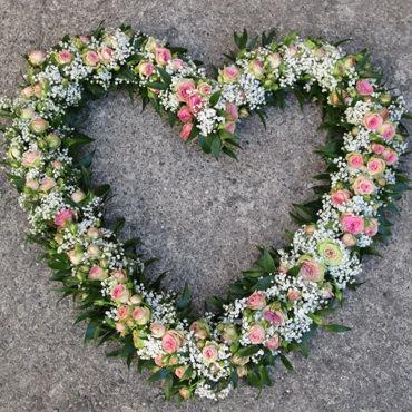 Trauerherz kleine Blüten - Trauerfloristik - Blumen Eder Rosenheim