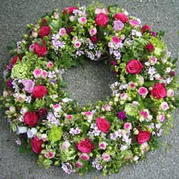 Trauerkranz mit kleinen Blüten voll gesteckt - Trauerfloristik - Blumen Eder Rosenheim