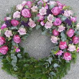 Trauerkranz pink, rosa - halb offen - Trauerfloristik - Blumen Eder Rosenheim