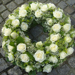 Trauerkranz Rosen weiß und grün - Trauerfloristik - Blumen Eder Rosenheim