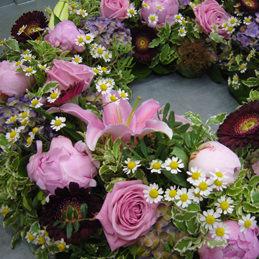 Trauerkranz - violett, pink - Trauerfloristik - Blumen Eder Rosenheim