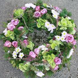 Trauerkranz, Rosen mit Kieferzweigen - Trauerfloristik - Blumen Eder Rosenheim