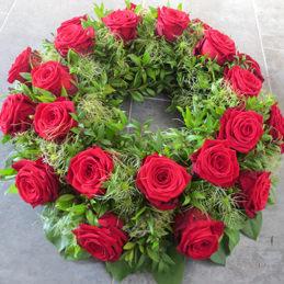 Trauerkranz mit Rosen rot - Trauerfloristik - Blumen Eder