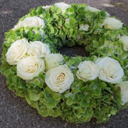Schlichter Trauerkranz mit weißen Rosen und grünen Hortensien - Trauerfloristik - Blumen Eder Rosenheim