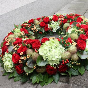 Trauerkranz mit roten Rosen - Blumen Eder