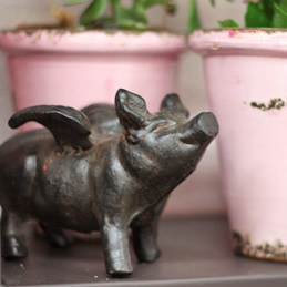 Schwein mit Flügel aus Gusseisen rostig - Blumen Eder Rosenheim